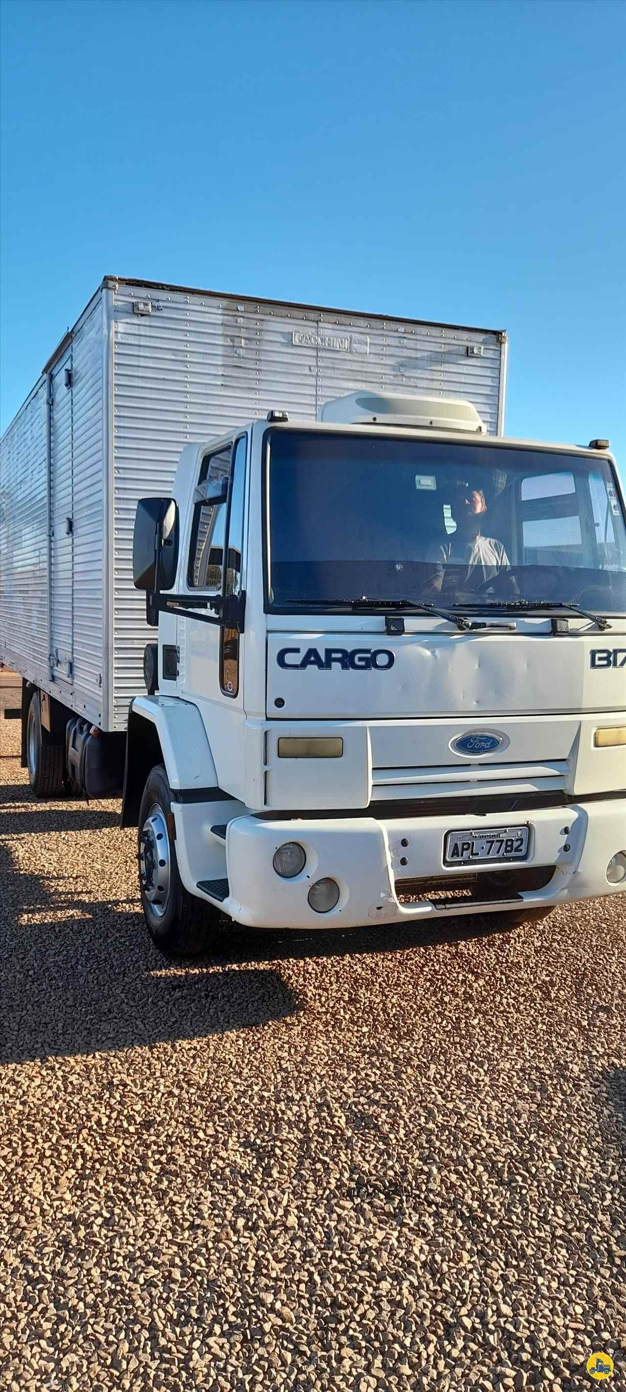 CAMINHAO FORD CARGO 1317 Baú Furgão Toco 4x2 Aratrans Estacionamento ARAPONGAS PARANÁ PR