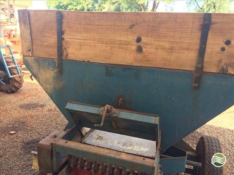 DISTRIBUIDOR CALCÁRIO 2500 Kg  2033 Terral Máquinas e Peças Agrícolas