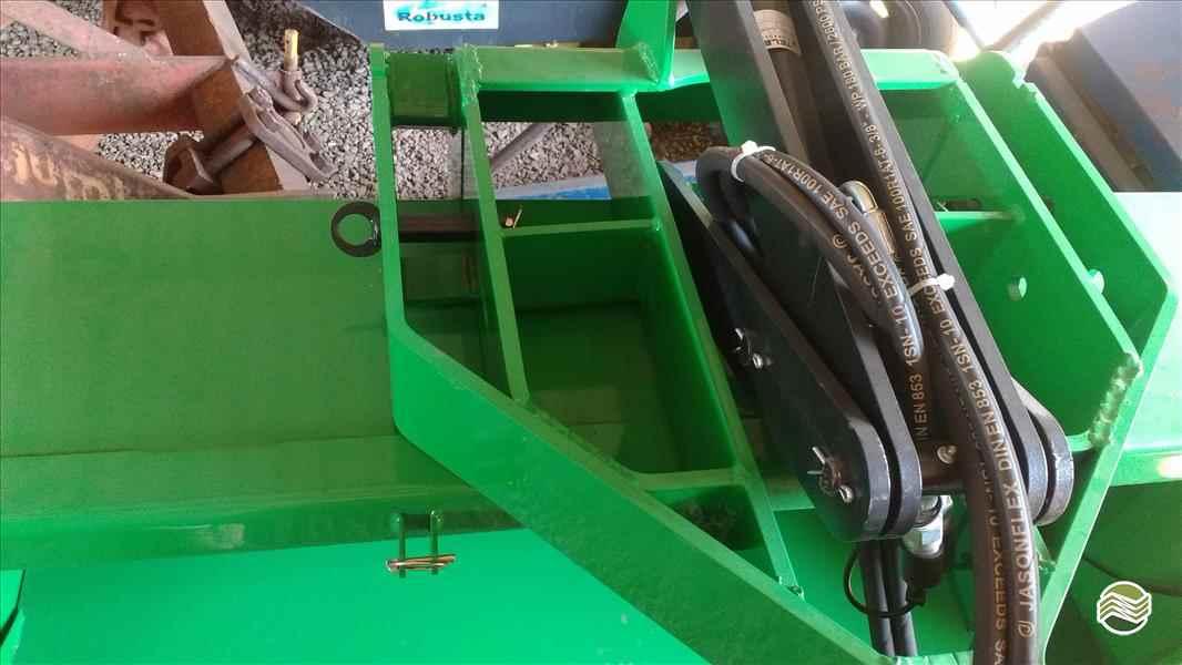 PLATAFORMA PARA TRATOR BASCULANTE  2017 P. M. Muller Maquinas e Implementos Agrícolas