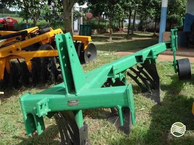 ARADO DE DISCO ARADO DE AIVECA  2000/2000 Terra Santa Implementos Agrícolas
