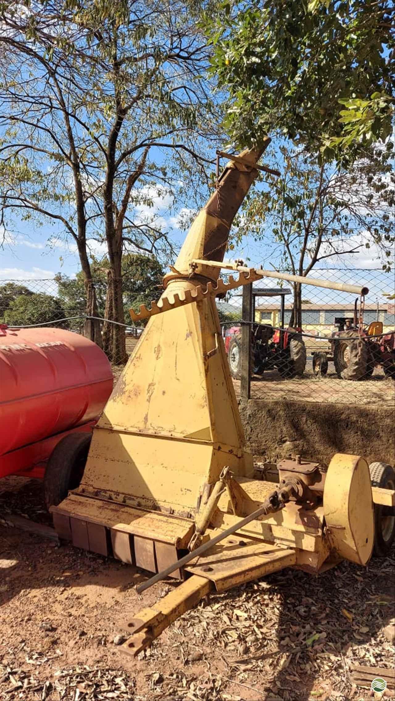 ENSILADEIRA COLHEDORA DE CAPIM  20 Terra Santa Implementos Agrícolas
