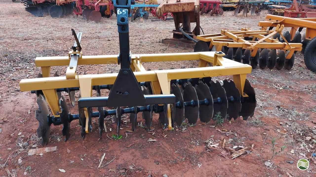 GRADE NIVELADORA NIVELADORA 28 DISCOS  2000 Terra Santa Implementos Agrícolas