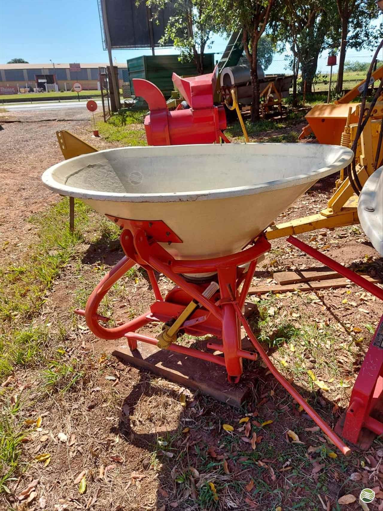 IMPLEMENTOS AGRICOLAS DISTRIBUIDOR CALCÁRIO 2000 Kg Terra Santa Implementos Agrícolas BEBEDOURO SÃO PAULO SP