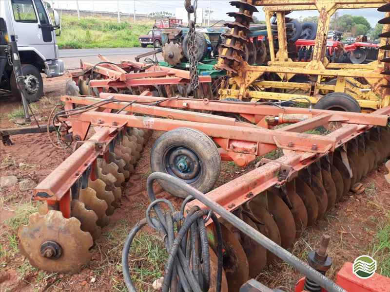 GRADE NIVELADORA NIVELADORA 44 DISCOS  2000 Tratorama Máquinas e Implementos